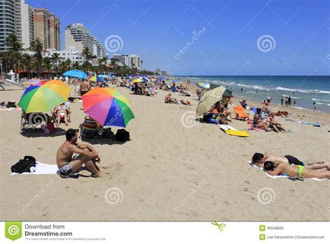 imagenes de vacaciones en la playa gente de la playa de las vacaciones de primavera foto de