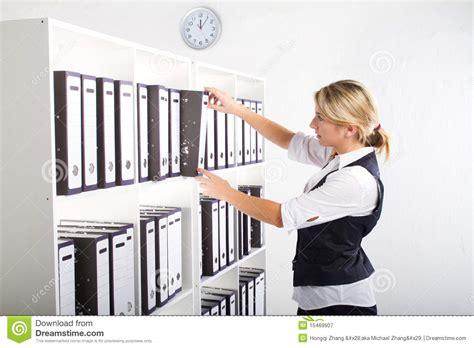 segretaria in ufficio segretaria in ufficio fotografia stock libera da diritti