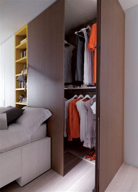 camere con cabina armadio moderna con letto con cassetti e doppia cabina