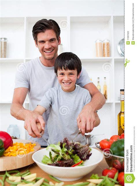 madrastra con su hijo en la cocina retrato de un padre feliz que cocina con su hijo