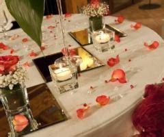 candele e petali di rosa agriturismo con piscina per i ricevimenti di matrimonio