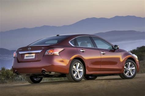 which is a better car nissan altima or toyota camry