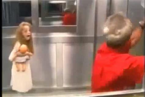 candid ascensore bambina fantasma compare in ascensore candid da