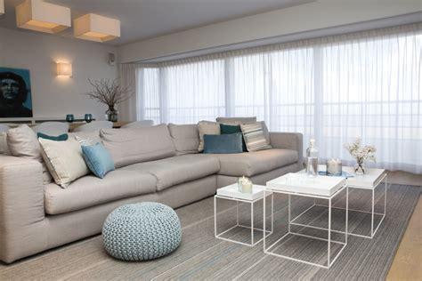 a interieur appartement aan zee met wit interieur en houtaccenten
