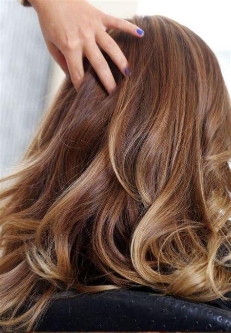 guy feminization feminine blonde with highlights cheveux couleur caramel pour transgenres conseils pour