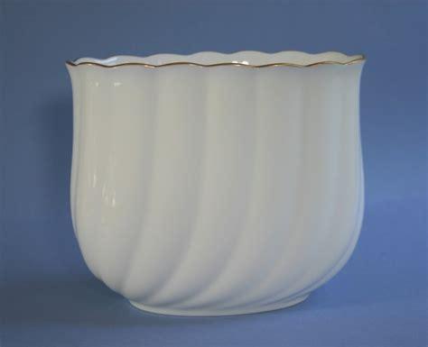 noritake white swirled wide 5 quot bud vase with gold trim
