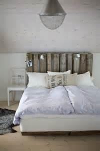 lit en palette de bois avec lumiere mzaol