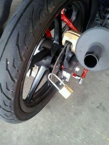 Gembok Motor aripitstop 187 ada yang tahu ada berapa gembok pengaman di motor ini