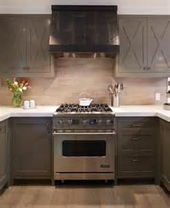 Formidable Cuisine Blanche Avec Plan De Travail Bois #2: cuisine-taupe-placards-de-cuisine-gris-taupe-parquet-cuisine-moderne-ambiance-cosy-e1476861227497.jpg