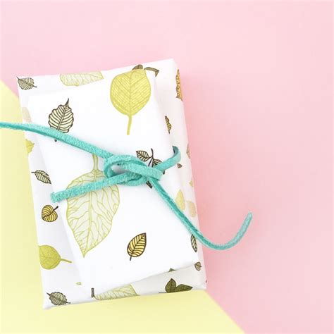 Make Your Own Gift Wrapping Paper - diy gift wrap with leaf patternmaritza