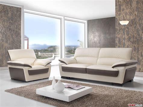 divano e poltrona divano in pelle a due colorazioni con schienale alto