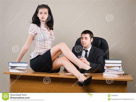 segretaria in ufficio sporgenza e lui segretaria fotografie stock immagine