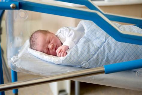 culle napoli neonata con la sindrome di abbandonata in una culla