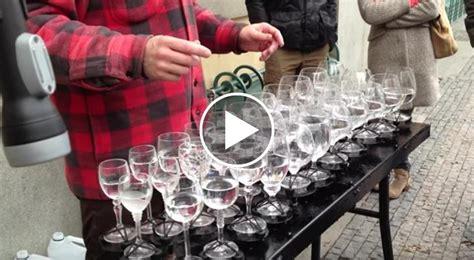 canzoni con i bicchieri versa dell acqua dentro i bicchieri poi interpreta il