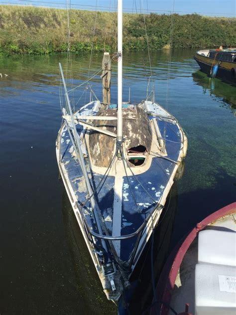 zeiljacht opknapper te koop wedstrijd zeilboot met schade opknapper tegen elke prijs