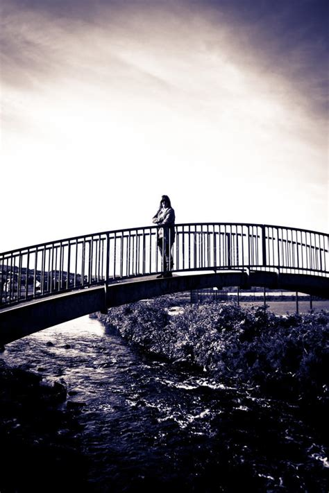 moderne wandlen gesilhouetteerde vrouw het wandelen op een moderne brug