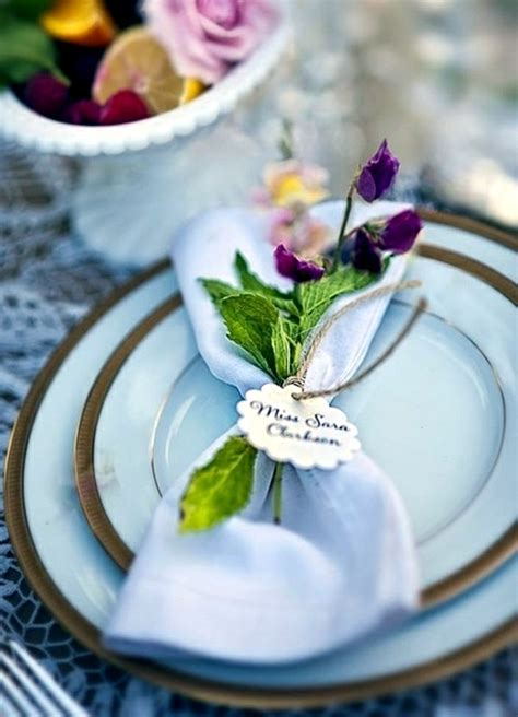 Napkin Folding ? beautiful table decorations in the dining