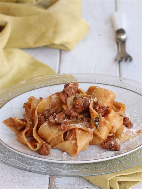cucinare il cinghiale al sugo ricetta pappardelle al cinghiale primo piatto di pasta al sugo