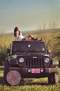 senior pose on a jeep jeeps