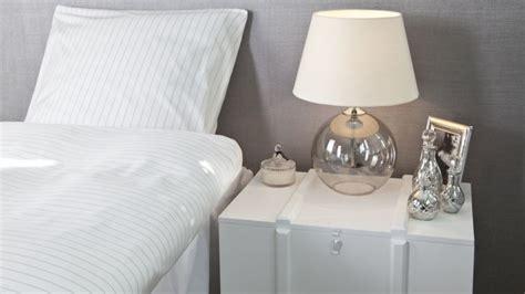 decorar mesita de noche mesitas de noche un must para el dormitorio westwing