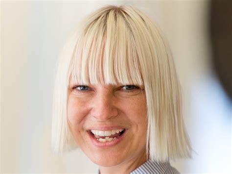 Sia Chandelier Behind The Scenes Sia Hat Versehentlich Ihr Gesicht W 228 Hrend Eines Windigen