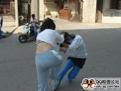 14岁女孩牛仔裤裙好看抽手机?初中妹子穿牛仔裤图片