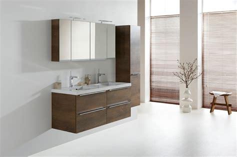 salle de bain blanc et marron