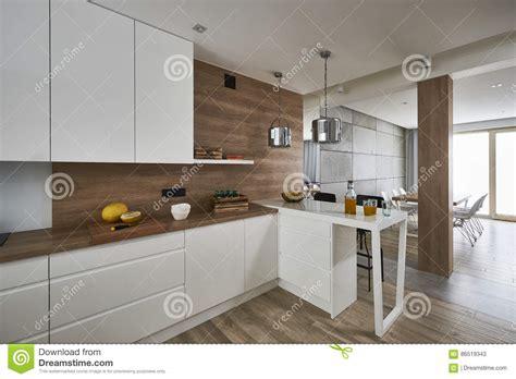 pareti cucina moderna cucina moderna con le pareti bianche e marroni fotografia