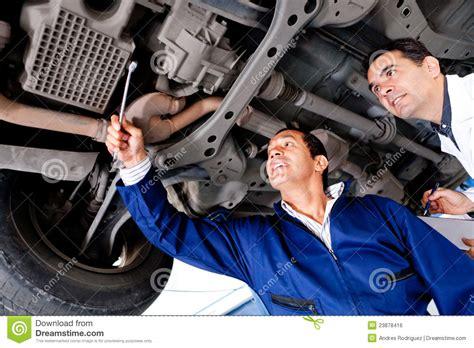 auto reparieren mechaniker die ein auto reparieren stockfoto bild 23878416