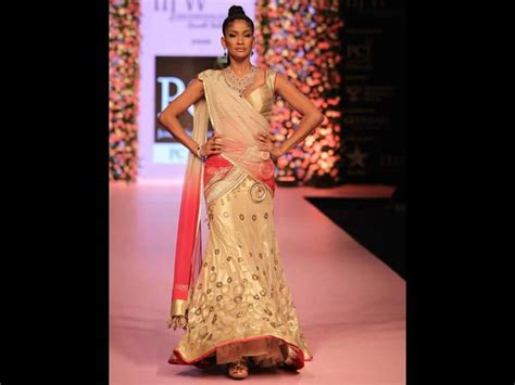 easy hairstyles on lehenga try these indian hairstyles with lehenga boldsky com