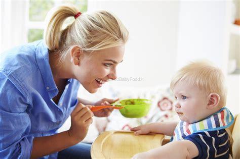 alimentazione 6 mesi neonato svezzamento 6 mesi o 4 quando iniziare lo svezzamento