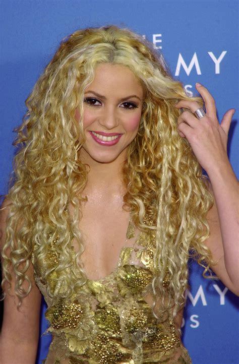 is shakiras hair naturally curly shakira tendr 225 su estrella en hollywood trivias 5imedia