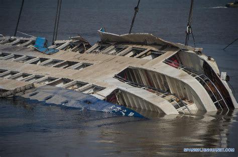 sinking boat meaning reflotada parte de barco volcado en r 237 o yangtse