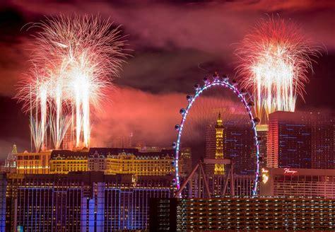 new year 2018 in vegas las vegas fireworks go as midnight arrives photos