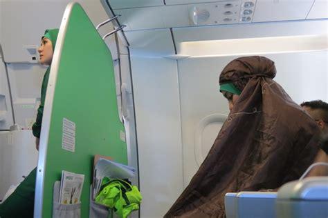citilink kelas ekonomi salut pramugari citilink salat di pesawat