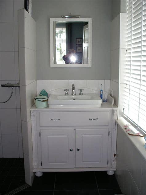 douche wc wastafel de badkamer heeft een wastafel in een kastje weggewerkt