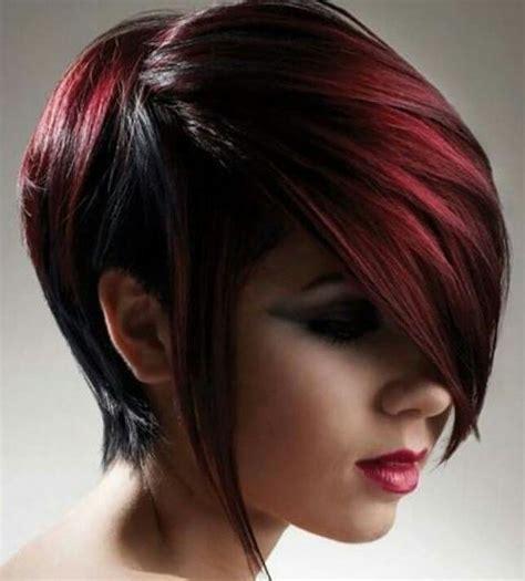 cortes de chica corte de chica corto en color oscuro con mechones rojos