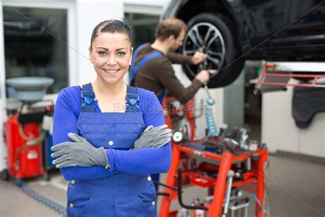 suche autowerkstatt kfz mechanikerin in einer autowerkstatt lizenzfreies
