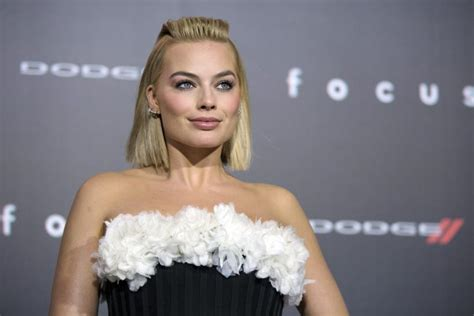 did margot robbie tattoo her suicide squad director on margot robbie plays tattoo artist inks suicide squad