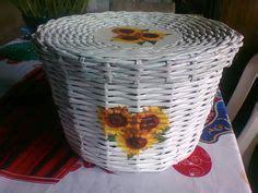canasta echa en revista canasta tejida tipo mimbre hecha con rollitos de papel de