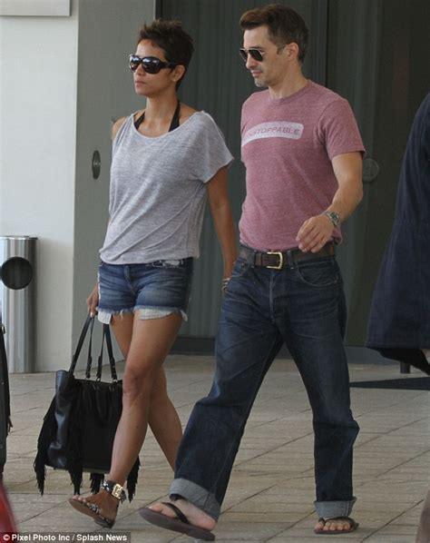 Gives Oliver Martinez A by Halle Berry Halle Berry And Olivier Martinez Enjoy Second
