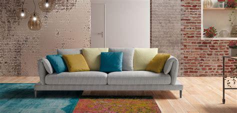 divano con cuscini il colore nell arredamento qualche dritta pratica per non