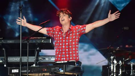 charlie puth live charlie puth had 80 000 people s full attention as he