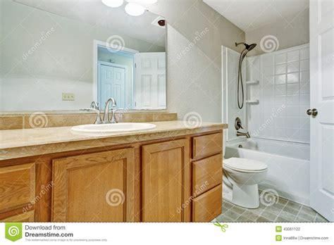bagno vuoto con il gabinetto di legno di vanit 224 fotografia