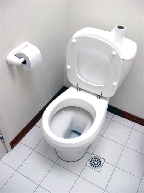 kalk in toilet schoonmaken het toilet goed en milieuvriendelijk schoonmaken