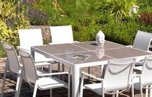 table et chaises de jardin taupe et blanc en aluminium et