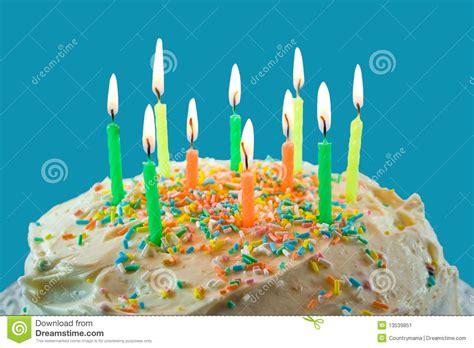 candele torta la torta festiva con le candele illuminate e spruzza