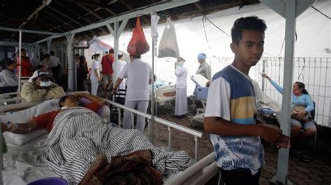 powerful quake rocks indonesian tourist island  dead