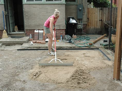 How To Lay Patio Pavers How To Lay A Brick Paver Patio How Tos Diy