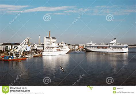 porto di stoccolma due traghetti nel porto di stoccolma svezia immagine